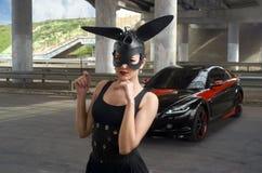 Bella donna accanto all'automobile sportiva immagine stock