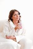 Bella donna in accappatoio che tiene una tazza Fotografie Stock