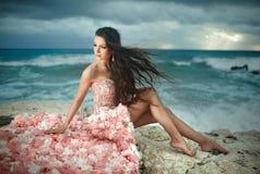 Bella, donna affascinante e sexy, modello che si siede sulle rocce, clif Fotografie Stock Libere da Diritti