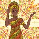 Bella donna africana ballante in turbante e costume tradizionale con l'ornamento geometrico etnico integrale illustrazione vettoriale