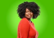 Bella donna africana con capelli ricci fotografia stock