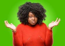 Bella donna africana con capelli ricci Fotografia Stock Libera da Diritti
