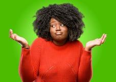 Bella donna africana con capelli ricci Immagine Stock Libera da Diritti