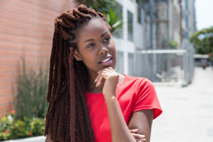 Bella donna africana con i dreadlocks nella città Fotografie Stock