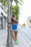 Bella donna africana di sport che fa gli allungamenti, stile di vita sano fotografie stock libere da diritti