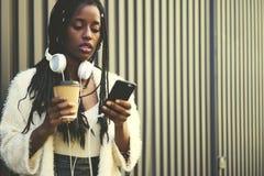 Bella donna afroamericana emozionale che sta sul fondo promozionale per il vostro messaggio di testo di pubblicità Immagine Stock
