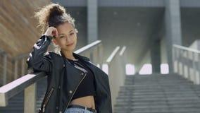 Bella donna afroamericana nel fondo urbano archivi video