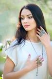 Bella donna al giardino di fioritura della molla con l'anello alla moda Fotografia Stock