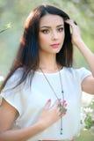 Bella donna al giardino di fioritura della molla con neckl alla moda Fotografia Stock