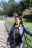 Bella donna al giardino europeo immagini stock libere da diritti