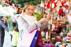 Bella donna al mercato di Natale fotografie stock libere da diritti