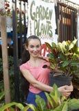 Bella donna al negozio del giardino Fotografie Stock Libere da Diritti