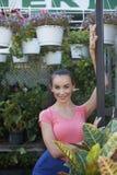 Bella donna al negozio del giardino Immagine Stock
