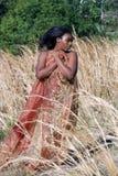 Bella donna all'aperto in erba alta (5) Immagini Stock