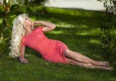 Bella donna all'aperto, ragazza in parco, vacanze estive Fotografia Stock