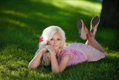 Bella donna all'aperto, ragazza in parco, vacanze estive. Abbastanza biondo sulla natura. donna sorridente felice Fotografia Stock