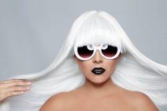 Bella donna alla moda che indossa un primo piano disegnato della parrucca Fotografia Stock Libera da Diritti