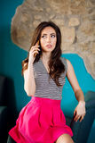 Bella donna alla moda che parla sul telefono Immagine Stock Libera da Diritti