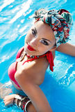 Bella donna alla moda che porta turbante colorato immagine stock