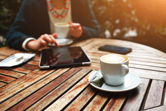 Bella donna alla moda in un vestito che si siede sul terrazzo dell'ufficio e caffè bevente nel vostro intervallo di pranzo Fotografia Stock Libera da Diritti