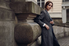 Bella donna alla moda in vestiti di modo che posano in via Fotografie Stock