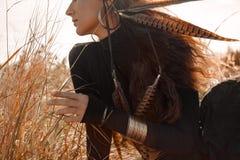 Bella donna alla moda in vestito nero con gli accessori di boho sull'archivati Immagine Stock Libera da Diritti