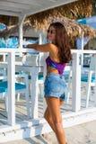 Bella donna alla spiaggia di estate Fotografie Stock Libere da Diritti