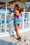 Bella donna alla spiaggia di estate Immagine Stock