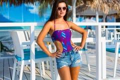 Bella donna alla spiaggia di estate Fotografia Stock
