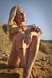 Bella donna alla spiaggia in un giorno soleggiato Fotografia Stock