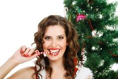 Bella donna allegra che indossa i vestiti del Babbo Natale Fotografia Stock Libera da Diritti