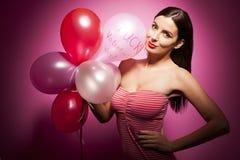 Bella donna allegra con il pallone di giorno di biglietti di S. Valentino Immagini Stock