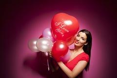 Bella donna allegra con il pallone di giorno di biglietti di S. Valentino Fotografie Stock Libere da Diritti