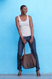 Bella donna alta di modo che sorride con la borsa Fotografia Stock Libera da Diritti