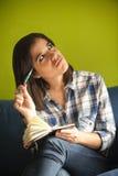 Bella donna in appartamento dei hes Fotografia Stock