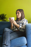 Bella donna in appartamento dei hes Immagine Stock