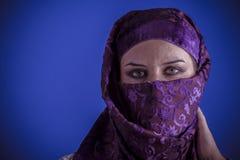 Bella donna araba con il velo tradizionale sul suo fronte, intens Fotografia Stock Libera da Diritti
