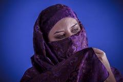 Bella donna araba con il velo tradizionale sul suo fronte, intens Immagine Stock Libera da Diritti