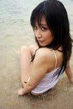 Bella donna asiatica alla spiaggia Immagini Stock