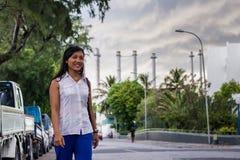 Bella donna asiatica che cammina sulla via Immagini Stock