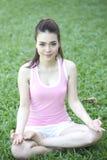 Bella donna asiatica che fa yoga immagine stock libera da diritti