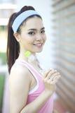 Bella donna asiatica che fa yoga immagini stock libere da diritti
