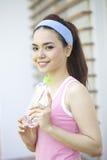 Bella donna asiatica che fa yoga fotografia stock