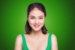 Bella donna asiatica che sorride sul fondo verde immagine stock libera da diritti