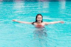 Bella donna asiatica che sorride in una piscina fotografia stock