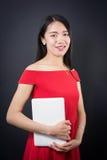 Bella donna asiatica che tiene un computer portatile Fotografie Stock