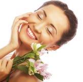 Bella donna asiatica con i fiori rosa Immagine Stock Libera da Diritti