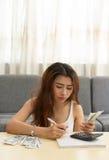 Bella donna asiatica con il problema finanziario fotografia stock