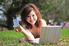 Bella donna asiatica con l'unità di tecnologia Fotografia Stock