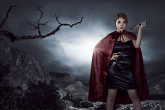 Bella donna asiatica della strega che tiene coltello sanguinoso Fotografie Stock Libere da Diritti